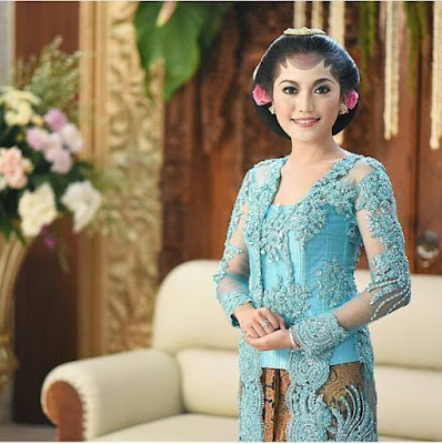 kebaya broklat biru muda dengan rok batik