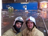 Kebakaran di Mal, Petugas Pemadam Ini Malah Asyik Selfie