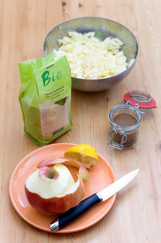Jabolka, sladkor, cimet in limona top