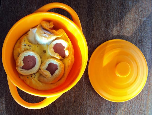Parówki w cieście francuskim zapiekane z jajkami i mlekiem przepis na śniadanie