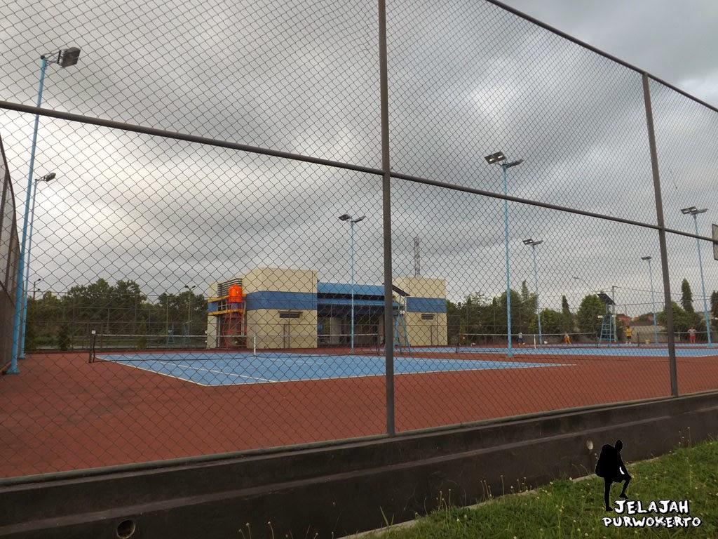 tempat latihan bola tennis