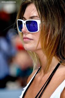 عارضة الازياء الامريكية سامانثا هوبز في ملابس السباحة تلعب الكرة الطائرة في ميامي