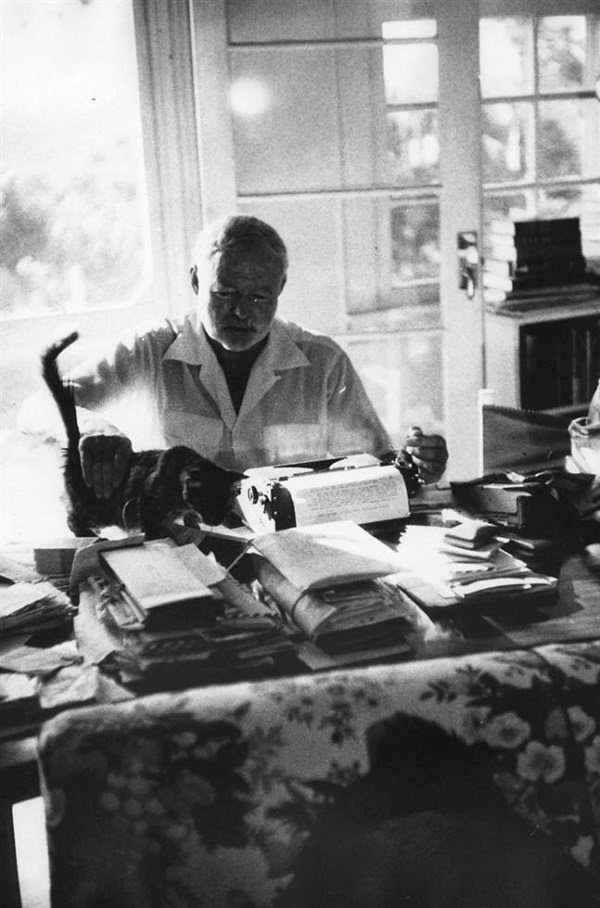 Ernest Hemingway est un écrivain mondialement célèbre, mais dans le fond on  sait peu de choses intimes sur l\u0027homme. Il savait brouiller les pistes.