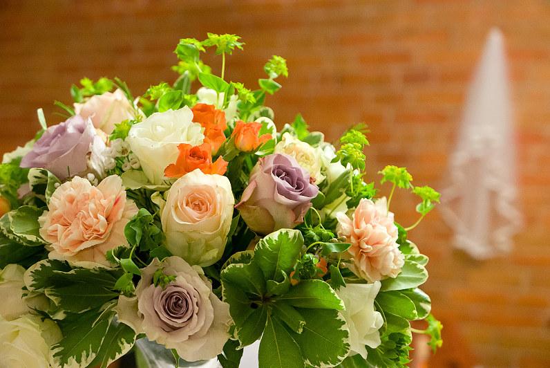 spalvotų rožių puokštė vestuvėms