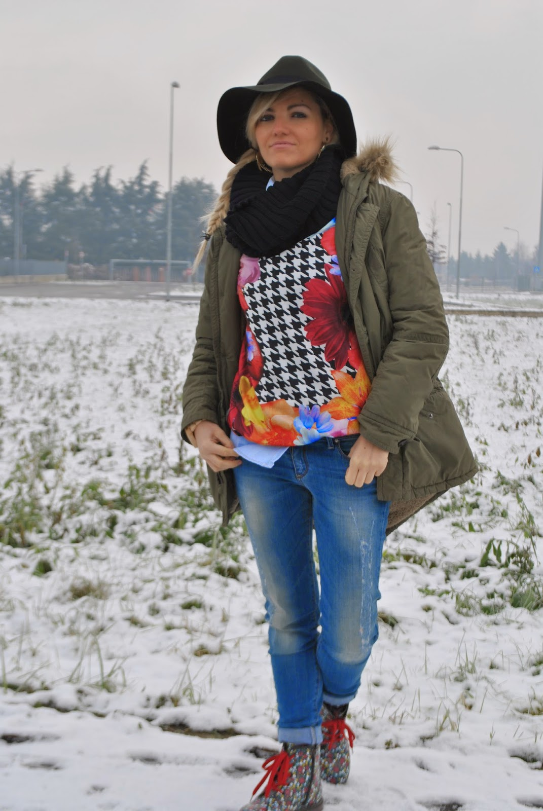 outfit invernali outfit felpa shop art felpa stampa pied de poule e fiori felpa stampa fiori cappello verde militare con piuma mango cappello fedora abbinamenti cappello fedora dr martens a fiori biker a fiori outfit sulla neve outfit dicembre 2014 outfit casual outfit invernali casual outfit parka benetton december outfits winter outfits how to wear fedora hat fedora hat outfits parka coat how to wear parka coat orologio in legno gufo design  orecchini majique london majique london earrings fashion blogger italiane mariafelicia magno fashion blogger colorblock by felym fashion blogger milano fashion blogger bionde ragazze bionde blonde girls girls italian girls italian fashion bloggers acconciatura treccia laterale come abbinare il parka come abbinare il verde militare