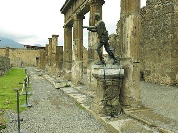 20-Tempio-di-Apollo-Liu-Bolin-Find-The-Painted-Invisible-Man-www-designstack-co