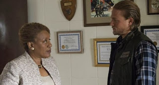 CCH Pounder and Charlie Hunnam in Sons of Anarchy, 11-5-13 ep recap