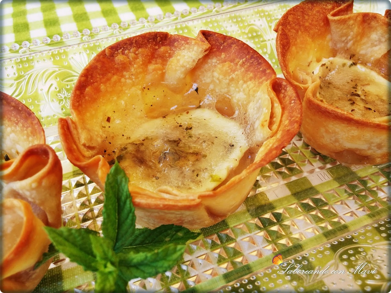 Tartaletas com queso de cabra y mermelada de cebolla