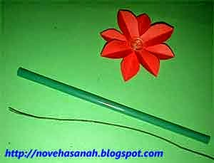 persiapkan sebatang kawat dan sebatang sedotan plastik bekas warna hijau