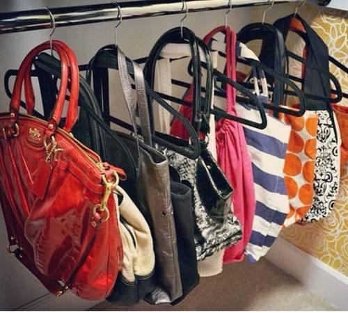 Organizando la casa ideas practicas y funcionales - Perchas para bolsos ...