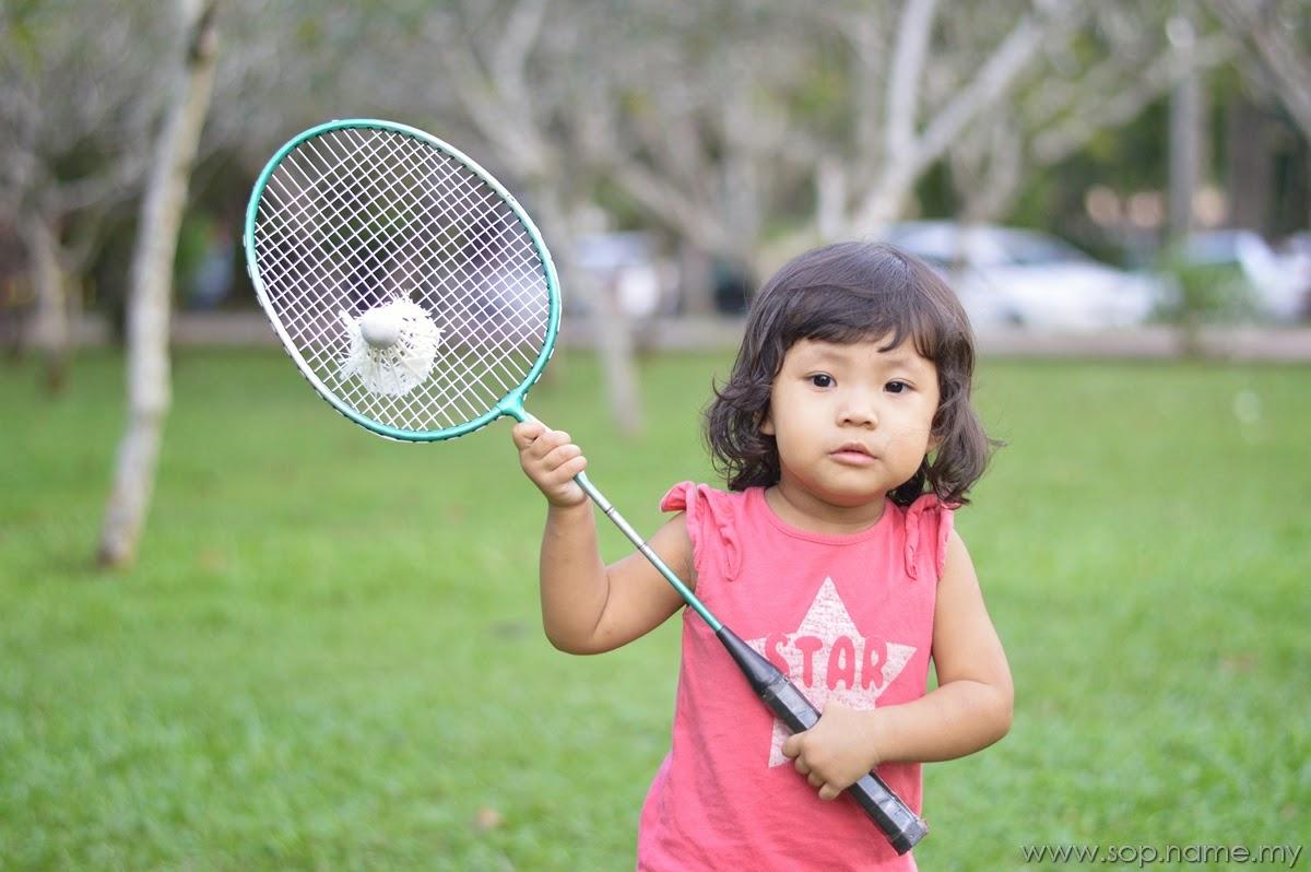 Cerita Bergambar - Auni bermain badminton