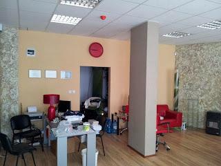Офис със стенна декорация