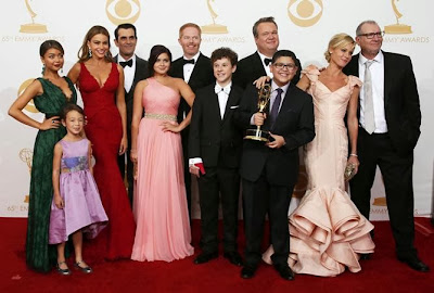 Actores de Modern Family posan con el premio mejor comedia 2013