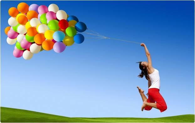 Mulher feliz com balões