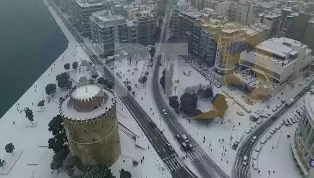 Η Θεσσαλονίκη «ντυμένη» στα λευκά: Η πτήση που κάνει το γύρο του διαδικτύου (βίντεο)