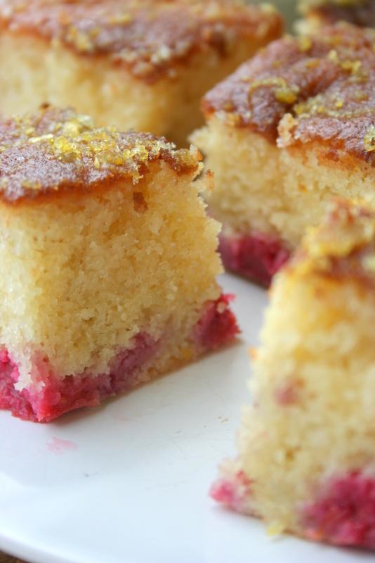 Szybkie i łatwe ciasto z malinami i syropem cytrynowym