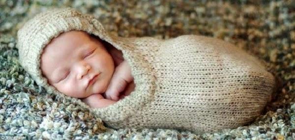 Photo bébé mignon drôle qui dort sur le côté