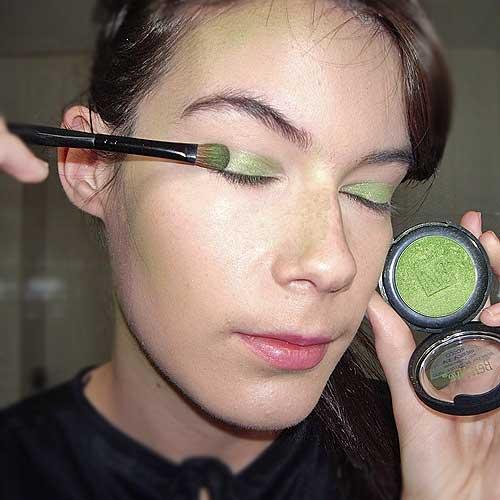 monika sanchez aplicando sombra verde para maquillaje de bruja
