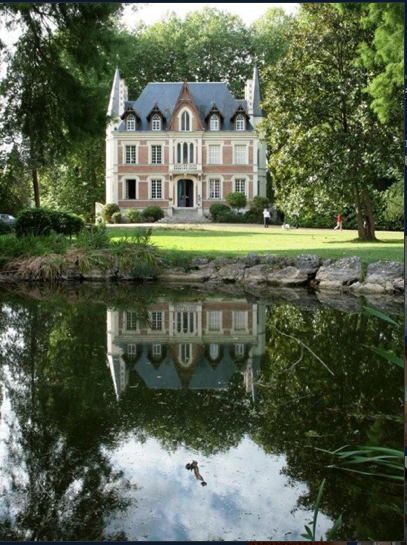 A library of design a petit chateau for Hotel design loire