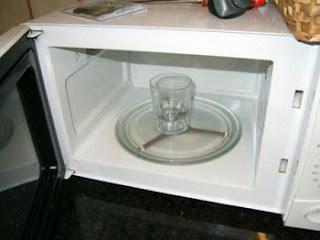 Você pode até penar que seja uma coisa comum esquentar água no fogão, mas no microondas não é bem assim, hein. A água entra em ponto de ebulição de forma muito rápida e o resultado disso é a tendência à explosão. Mas se mesmo assim você quiser colocar a danada para esquentar, a dica é colocar dentro de um recipiente, um palitinho ou até mesmo uma colher de madeira. Vai evitar que o líquido exploda lá dentro.