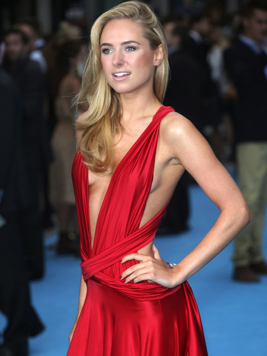 """Kimberley Garner red hot side boob at """"we're the millers"""" premiere"""