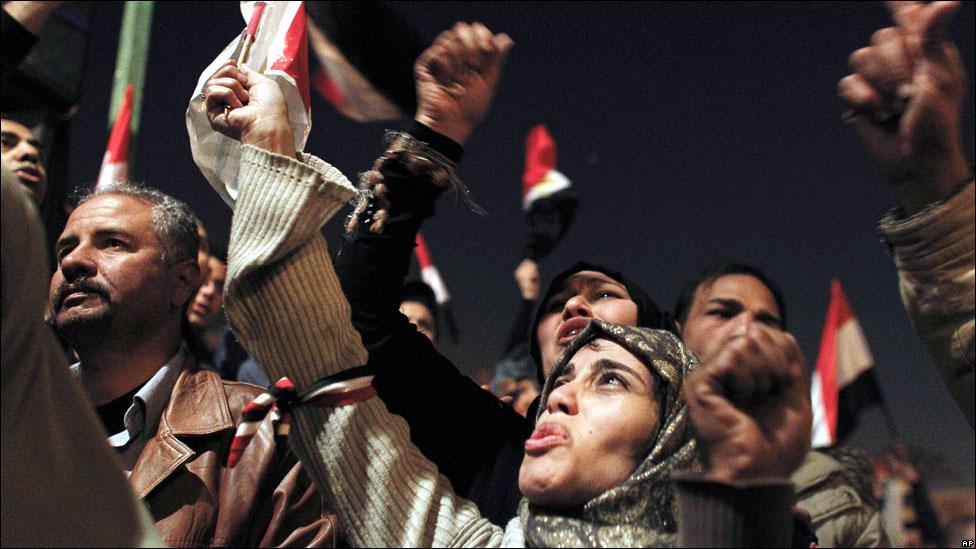 صور أرشفية من قلب أحداث الثورة 110211182502_16