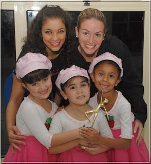 As coreógrafas Natália Gonçalves e Natália Simões com as moranguinhas Milena Costa, Julia Carneiro e Giovana Oliveira