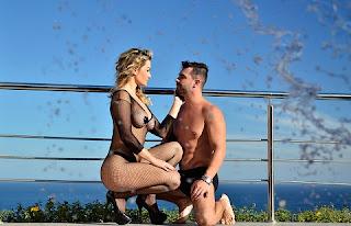 """Ele só pode fazer algo com a outra mulher se eu também estiver na cama. Se eu for ao banheiro, não pode nem encostar. Eu tenho que ser o centro da atenção. Se não for assim, bato a porta e acabo com tudo"""", diz ela, sem cerimônia, durante ensaio sexy com o amado no motel Vip´s Suítes, no Rio de Janeiro."""