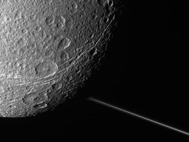 Crateras na lua Dione