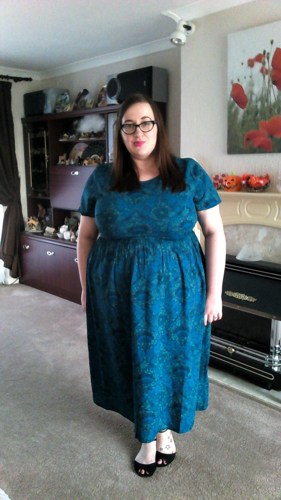 fat plus size girl wearing an asos cuve midi dress in wallpaper print