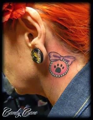 tatuagem de patinha de cachorro no pescoço feminino