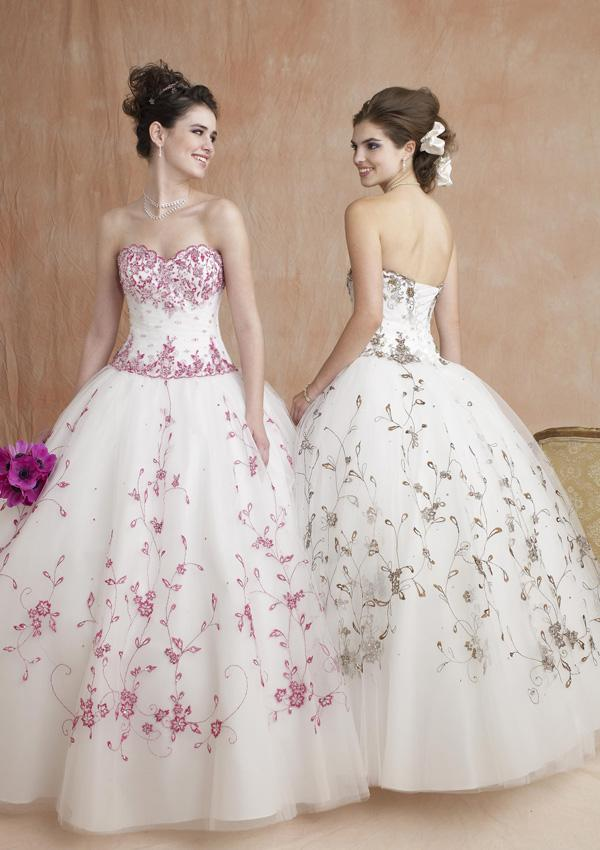 Tulle ball gown wedding dress always givesa dreamy impression adding