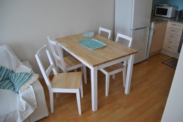 La mesa de patas blancas y sobre de madera de romina for Mesas de comedor madera blanca