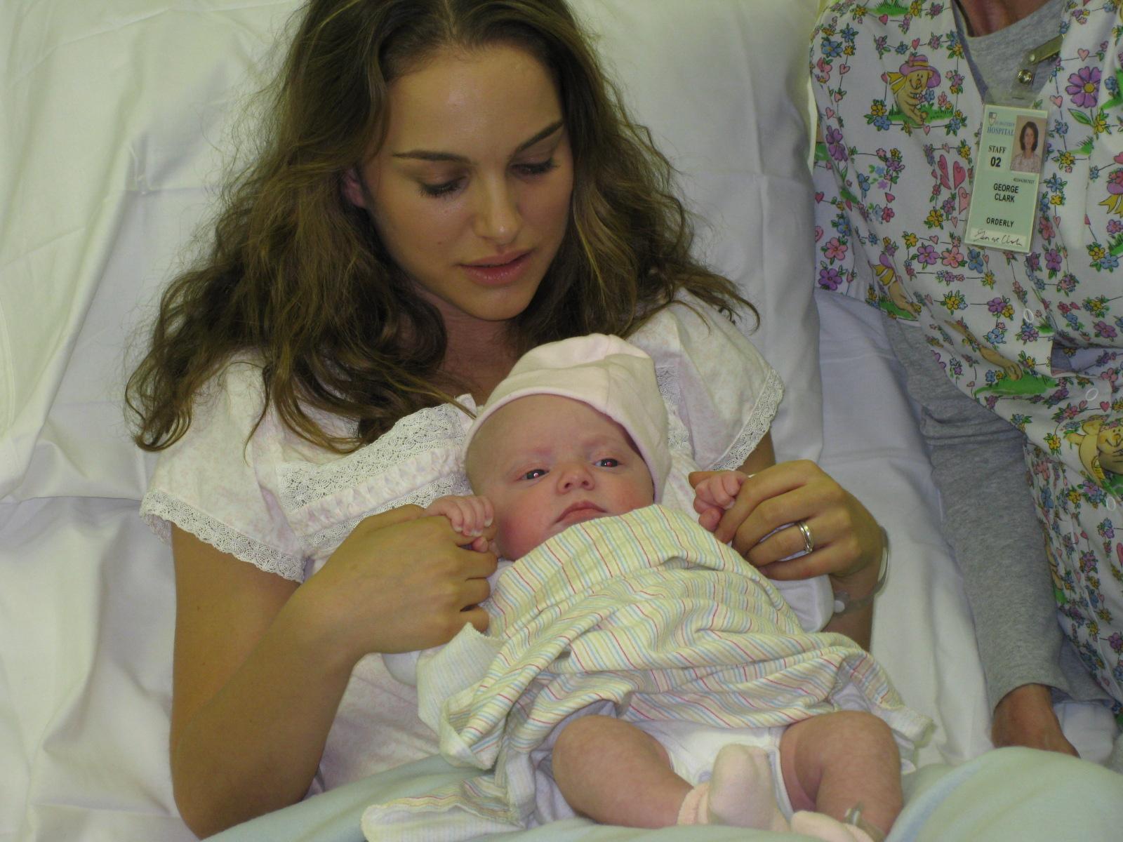 http://3.bp.blogspot.com/-NDRvKUyuDc4/Tfq4dseATkI/AAAAAAAAAyE/NInTzsIMK3k/s1600/natalie+portman+baby_only_pic.jpg