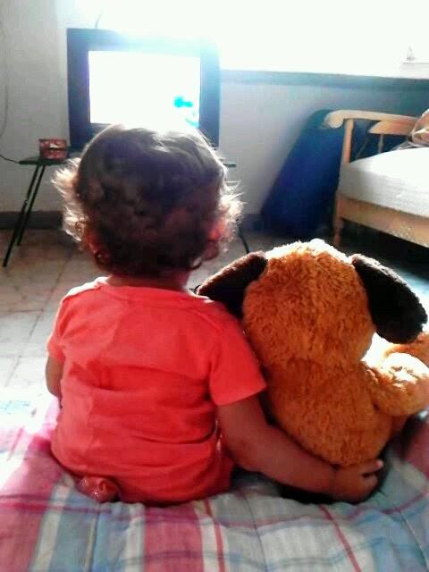 bebé viendo televisión