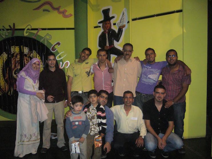 مع المخرج يوسف أبوزيد ود عادل شداد وفريق المسرح على خشبة مسرح متربول