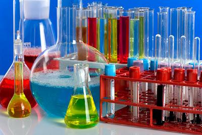 Tubos de ensayo en colores diversos para prácticas de laboratorio