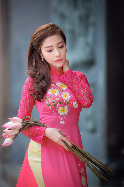 [Pictures] Vietnamese girls with lotus flowers