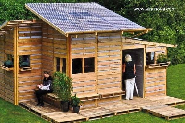 Casa pequeña hecha de pallets reciclados de madera