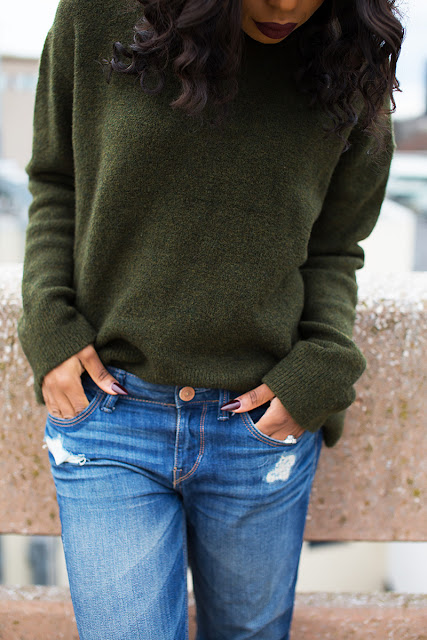 winter casual outfit, chunky sweater, boyfriend jeans, malone souliers www.jadore-fashion.com