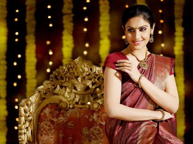 Model Divya Parameshwaran Cute Images Saree Photos cleavage
