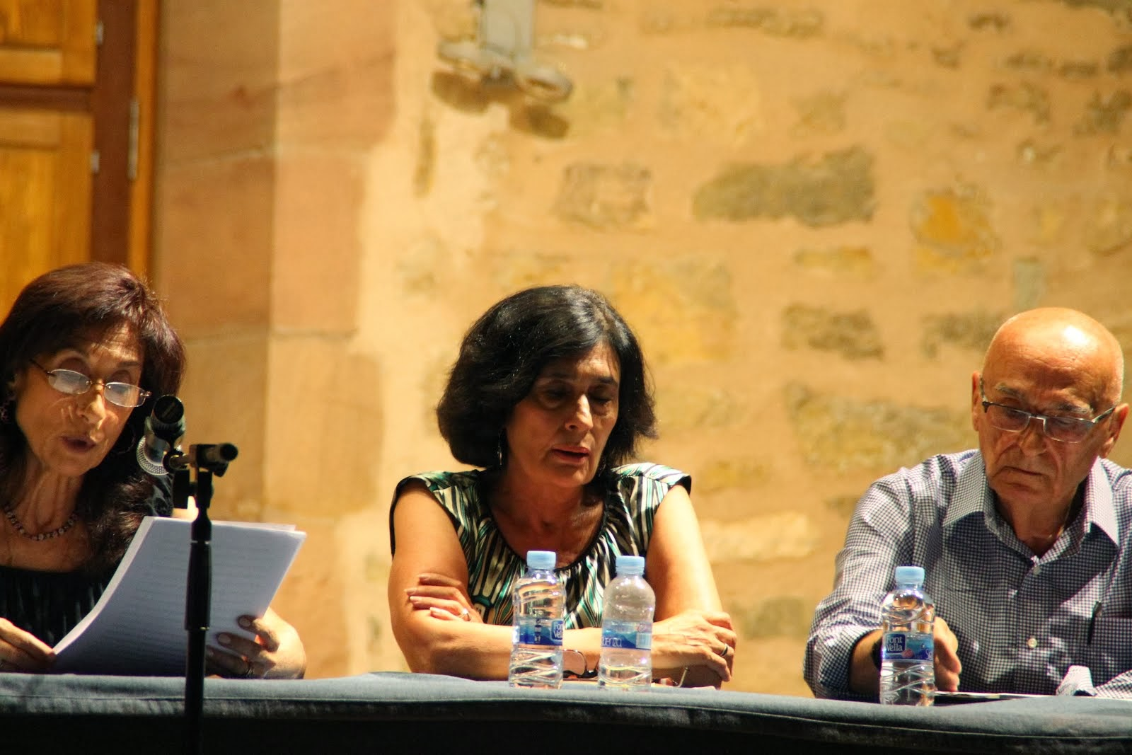 Carmina Casala presentando a Ana Montojo y a Jorge Torres