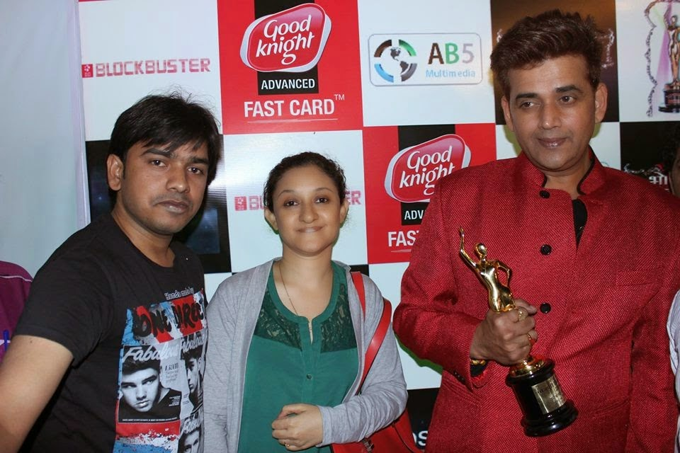 Ravi Kishan with Award Photo