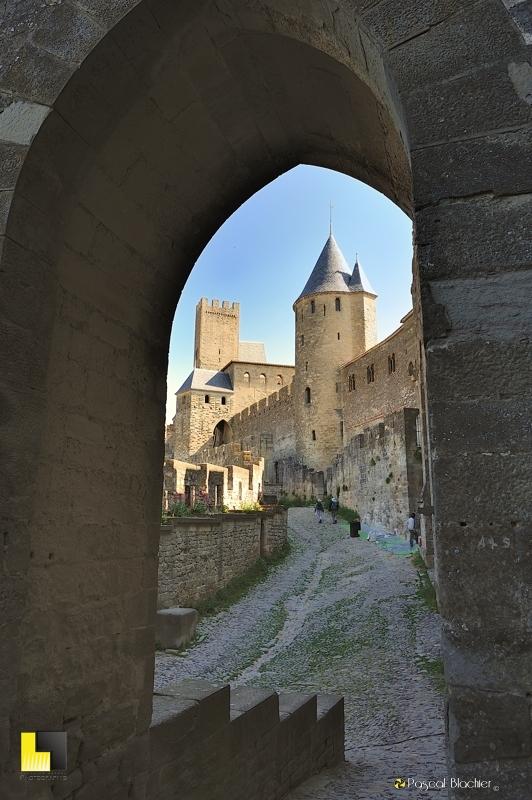 le chemin de ronde rejoint la porte de l'Aude à Carcassonne photo au delà  du cliché