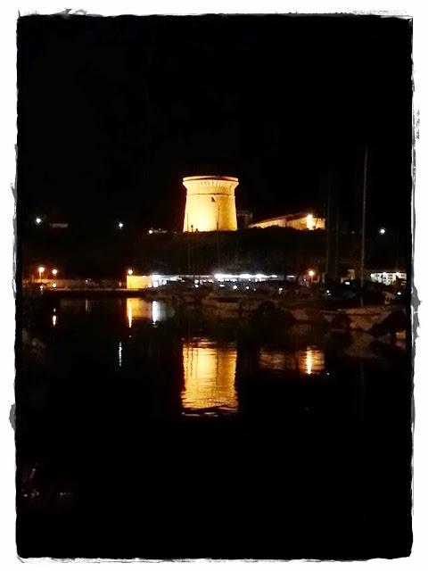 El Campello Torre vigía de noche y reflejada en el mar