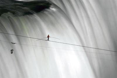 AKSI Wallenda ketika berjalan di atas tali kabel merentasi air terjun Niagara dari bahagian Amerika Syarikat hingga ke bahagian Kanada, malam semalam.