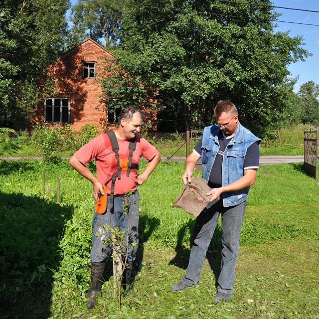 Skrzyszów koło Gowarczowa. Mieszkaniec Skrzyszowa pokazuje nam znaleziony w bagnie niewielki fragment blachy z czołgu.