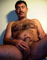 Quarentão turco bigodudo acaba gozando gostoso no peito peludo