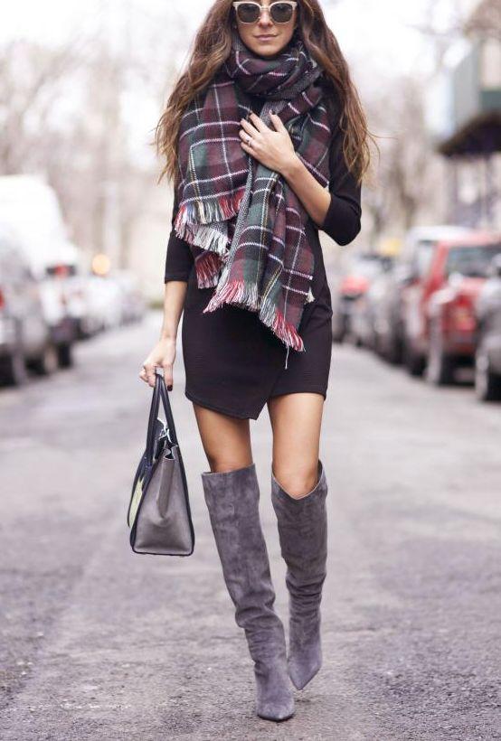 Vestido negro con botas grises