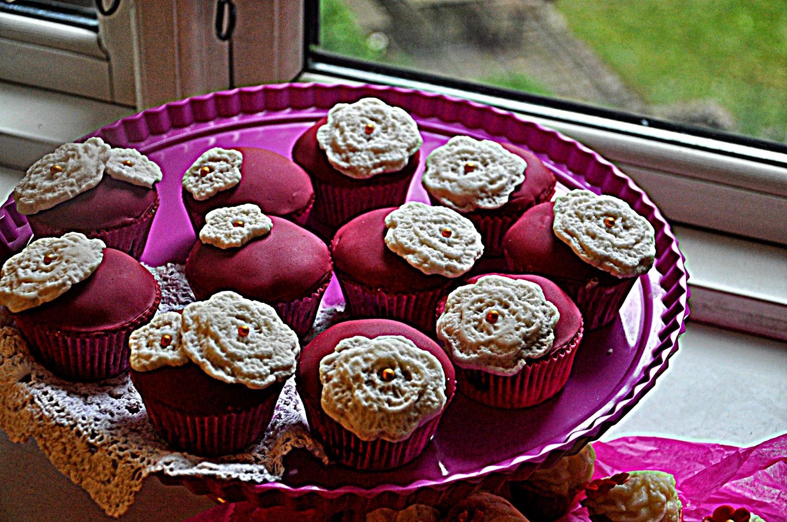 http://cupcakeluvs.blogspot.dk/2014/05/cupcake-med-hkleirer-crochet-cupcakes.html